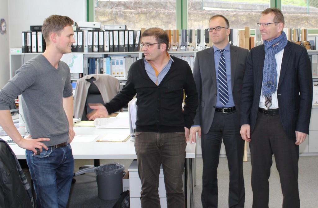 Auszubildender wird von Klaus Scheuring Richard Paul und MdL Günther vorgestellt