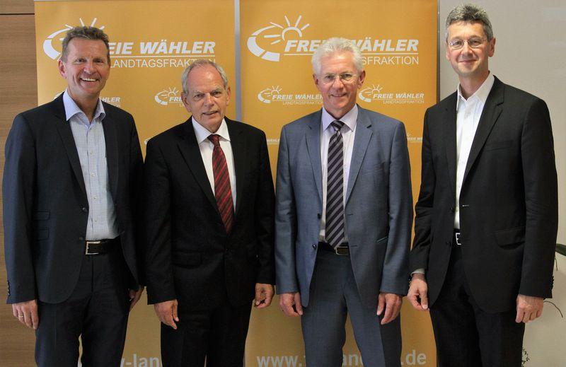 Auf dem Bild der FREIE WÄHLER Landtagsfraktion sehen Sie von links: MdL Günther Felbinger, Prof. Dr. Klaus Meisel (1. Vorsitzender Volkshochschulverband), Wilhelm F. Lang (Verbandsdirektor Volkshochschulverband) und MdL Prof. Dr. Michael Piazolo
