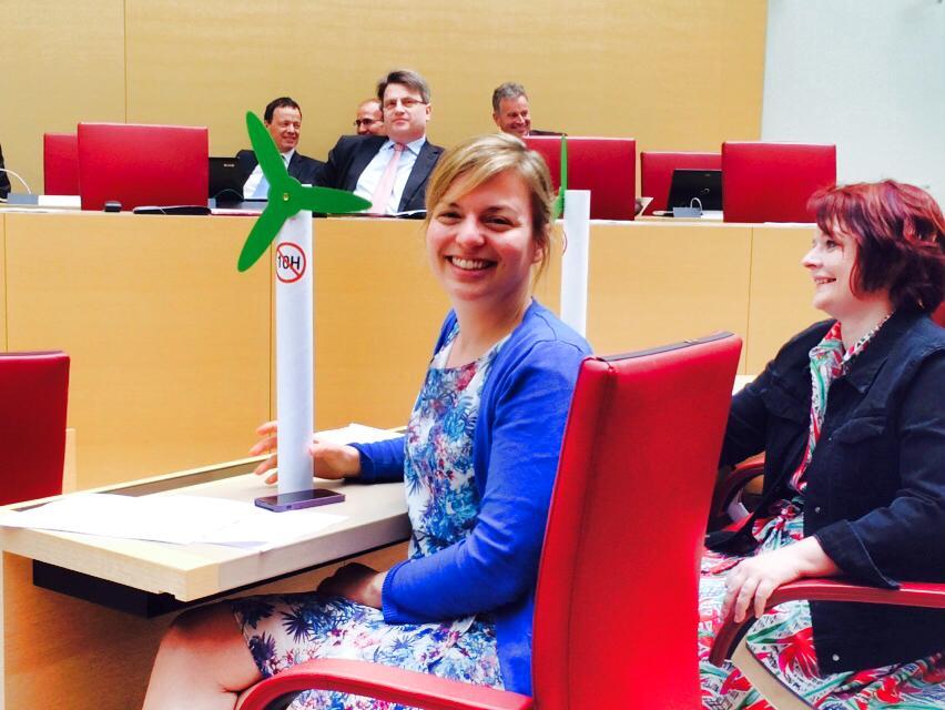 Phantasievoller Protest der Grünen-Abgeordneten im Landtag gegen die willkürliche 10H-Abstandsregelung für Windkraftanlagen in Bayern.