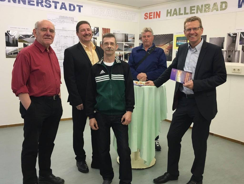 Wolfgang Blümlein (erster von links), Matthias Kleren (zweiter von links) und Günther Felbinger (fünfter von links) mit Besuchern der Ausstellung.